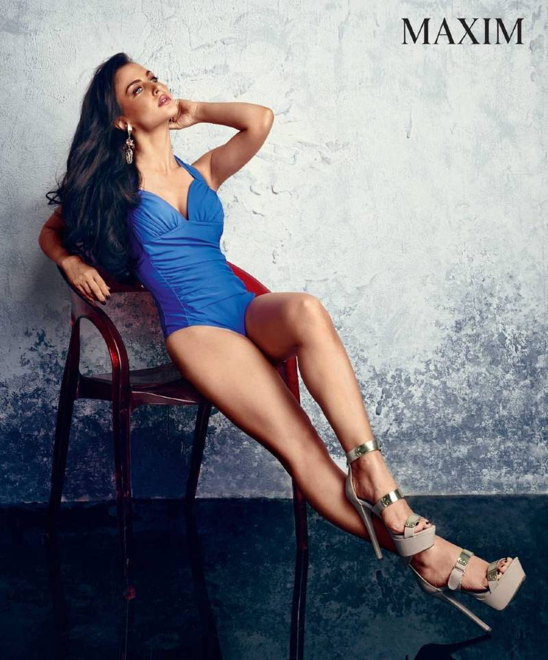 elli-avram-bikini-stills-shows-off-her-sexy-legs-feet