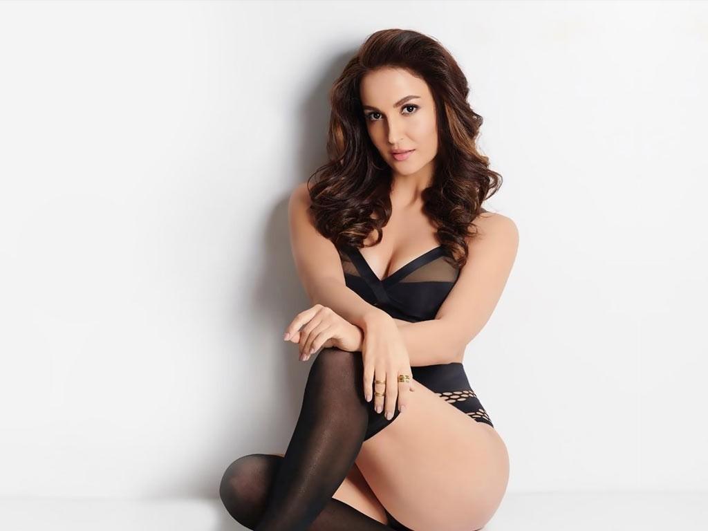 elli-avram-flaunting-her-curves-in-bikini