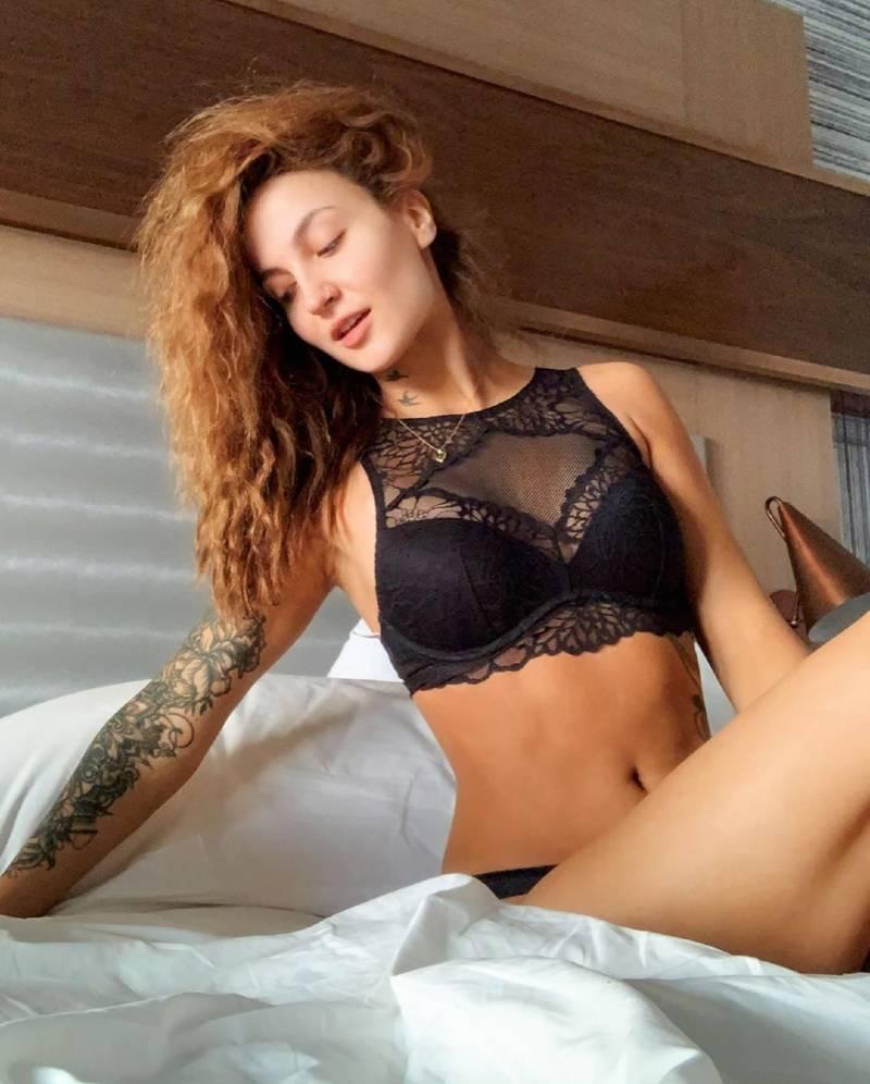 elli-avram-in-bikini-flaunts-her-hot-body-on-bed