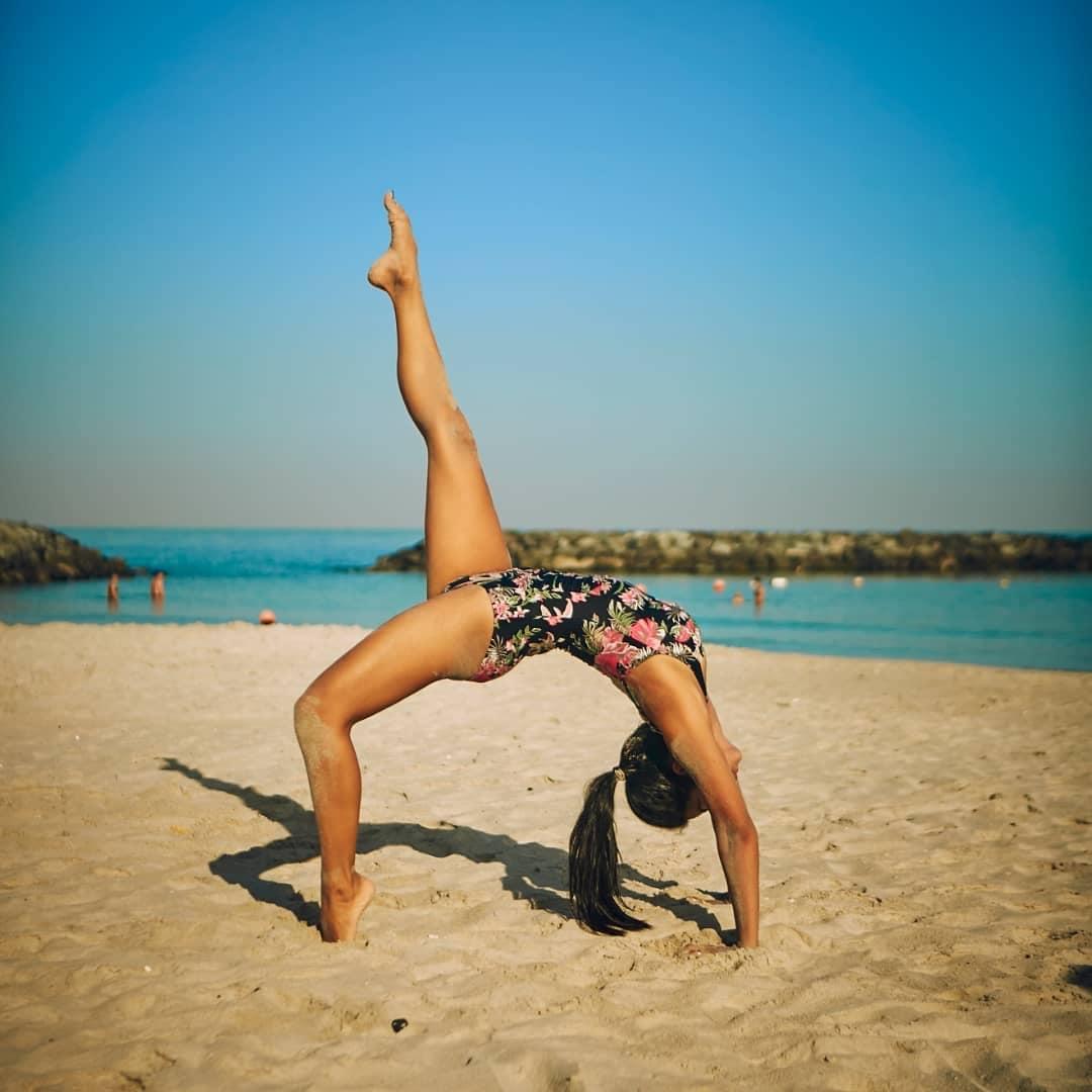 hot-yoga-pose-by-abigail-pande-in-bikini