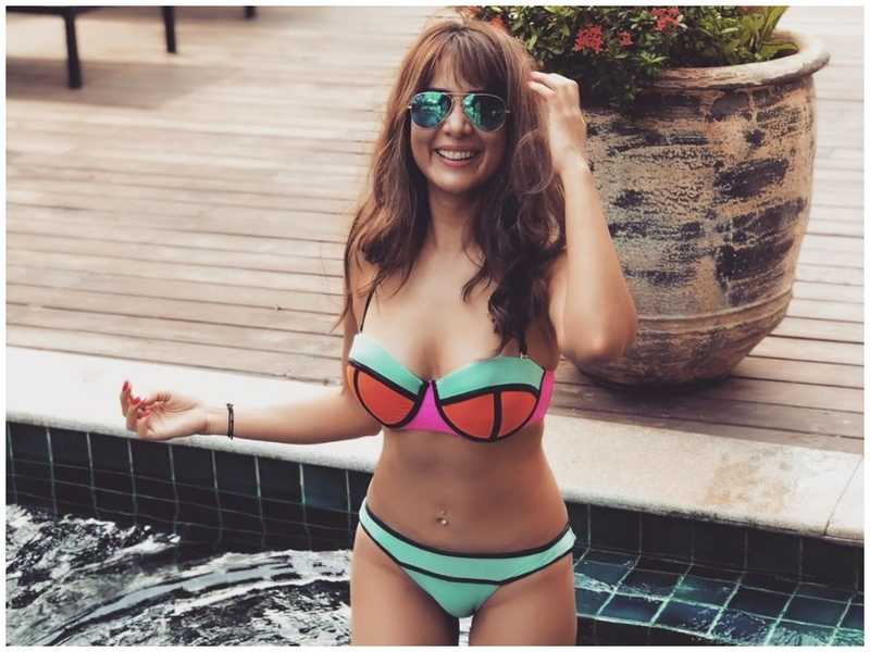 kim-sharma-bikini-pictures-raises-the-temperature