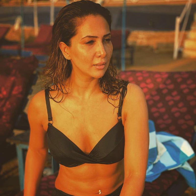 kim-sharma-looking-hot-in-bikini-bra