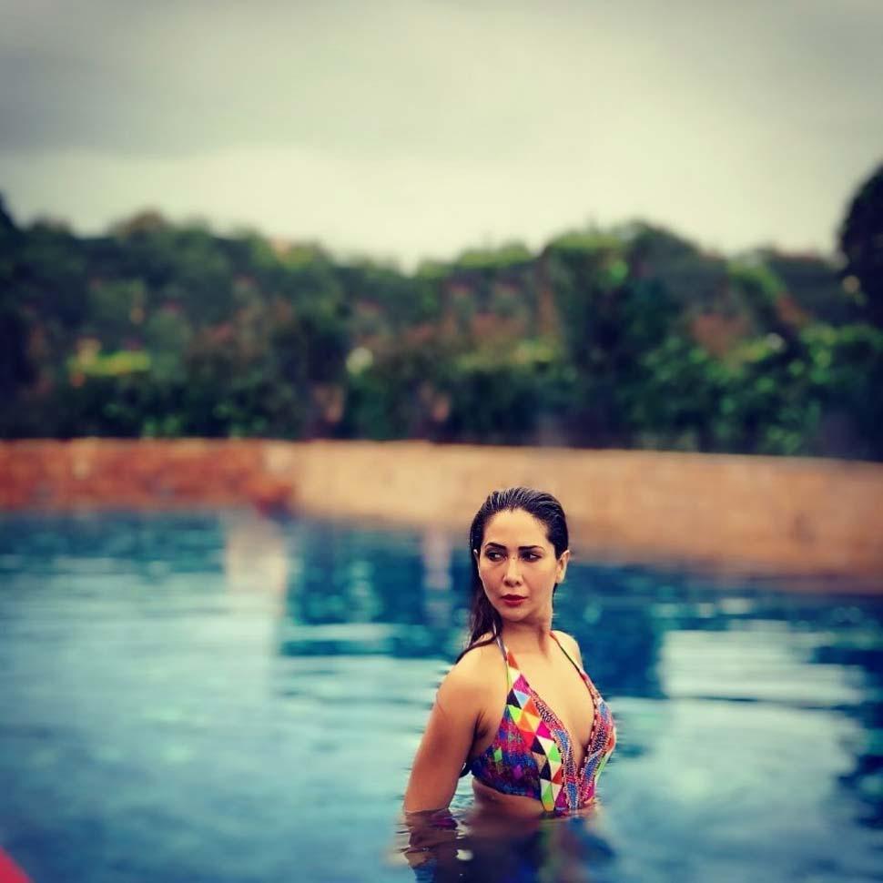kim-sharma-sizzles-in-bikini-showing-her-hot-body