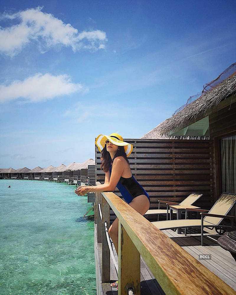 kishwar-merchant-bikini-stills-on-sea-side