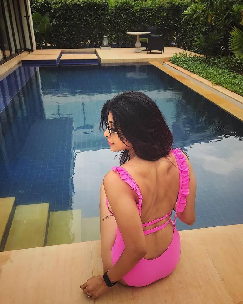 kishwer-merchant-in-pink-bikini-raises-the-temperature