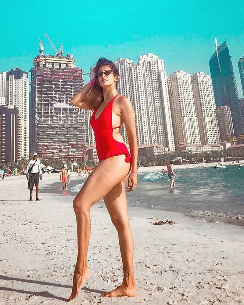 kishwer-merchant-poses-in-bikini-at-the-beach-in-dubai