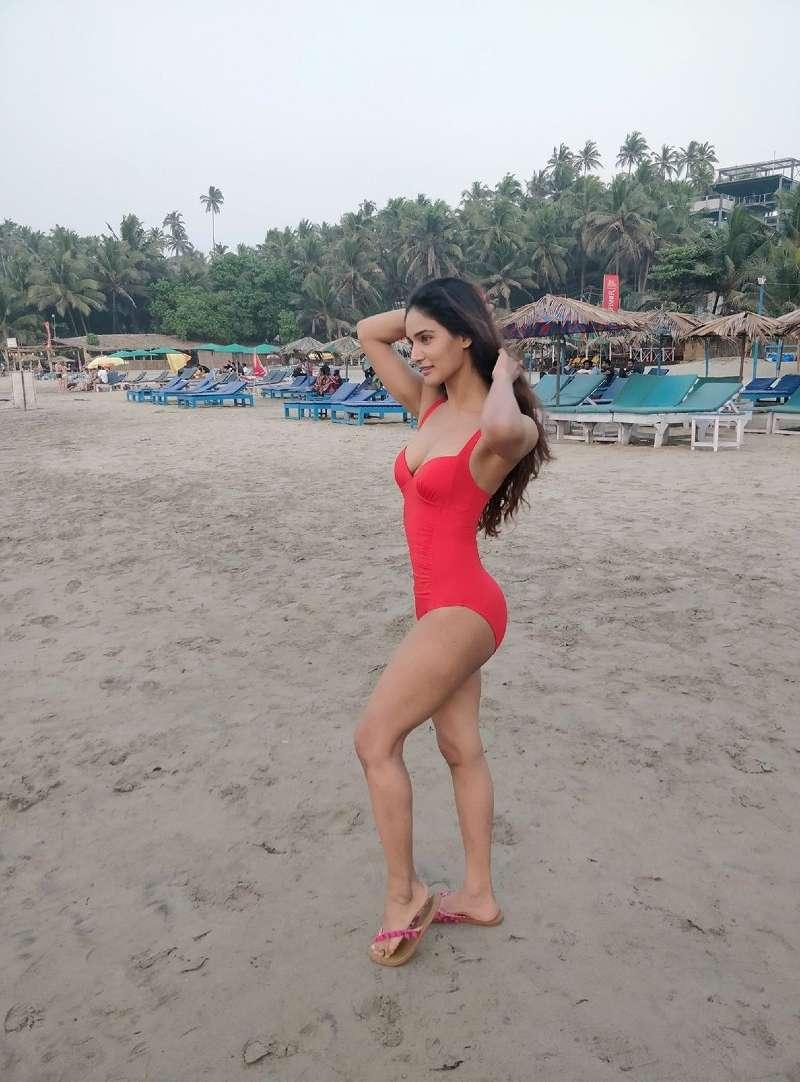 mukti-mohan-bikini-pics-on-beach