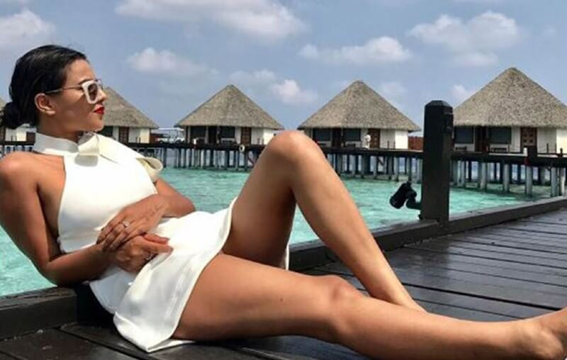 nia-sharma-hot-legs-in-short-dress-relaxing-near-beach