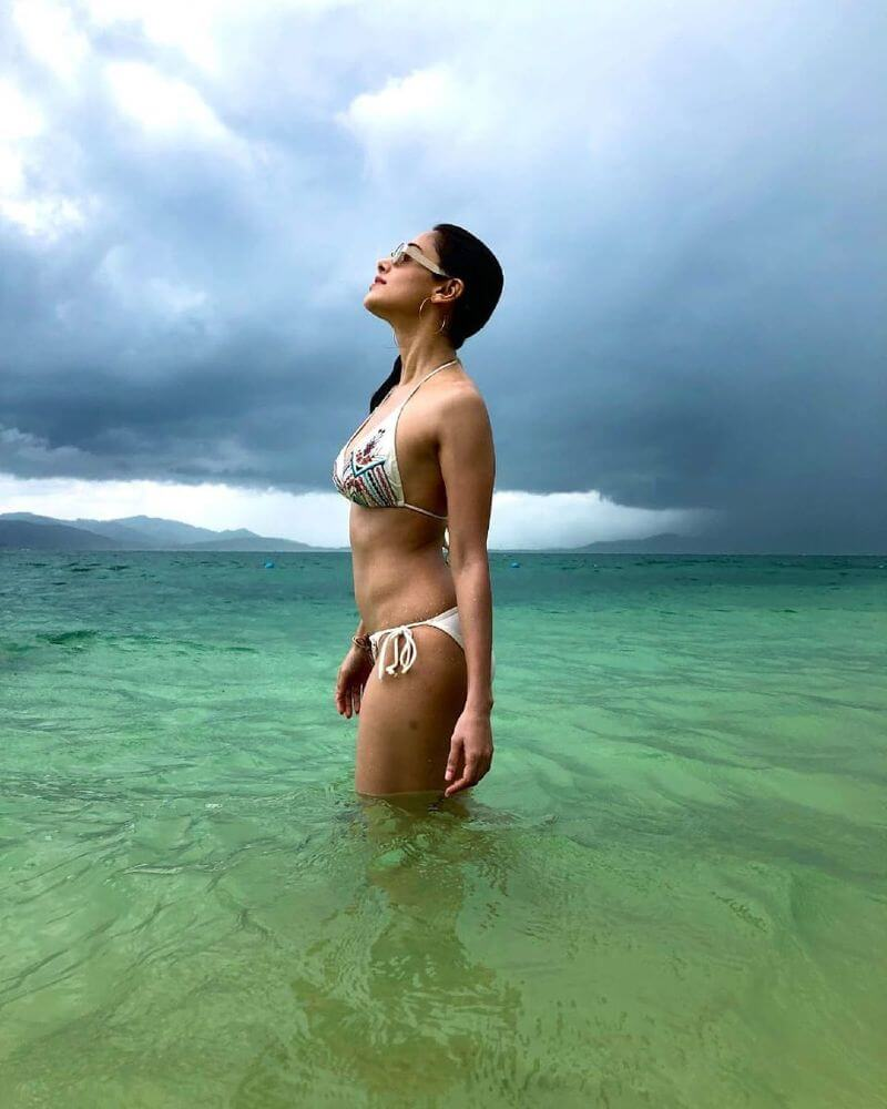 nusrat-bharucha-bikini-pictures-showing-her-hot-body-in-sea-water