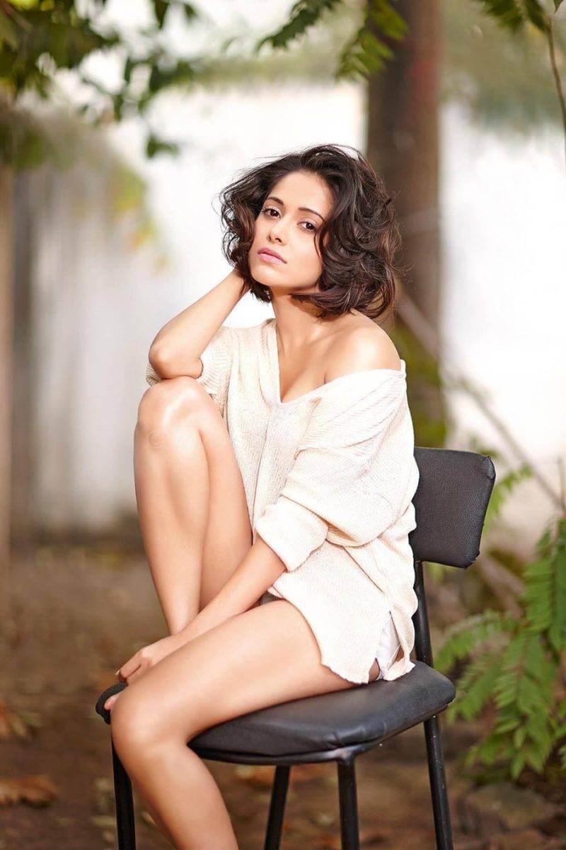 nushrat-bharucha-bikini-showing-her-legs