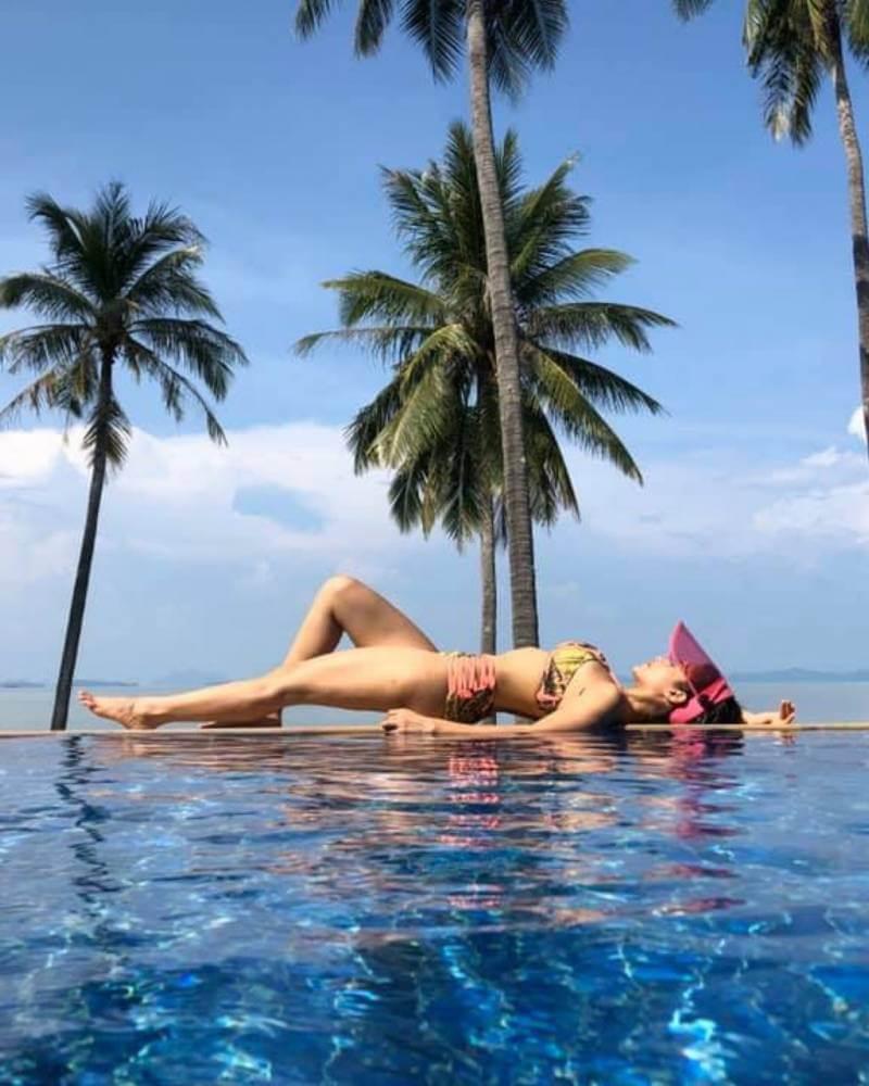 nusrat-bharucha-sexy-physique-in-bikini-on-poolside