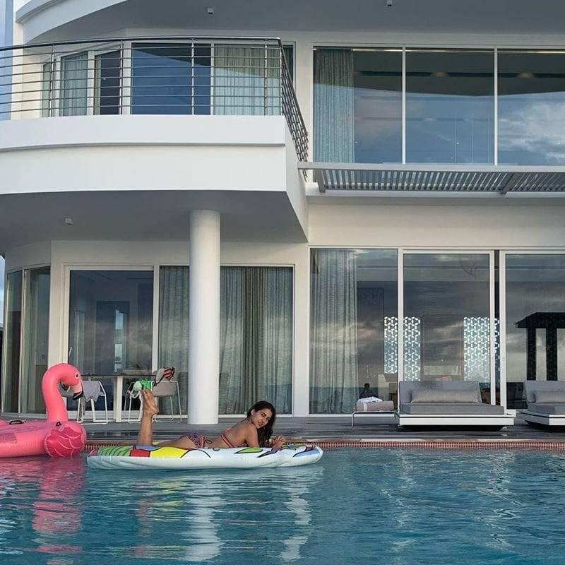 sara-ali-khan-bikini-images-relaxing-in-pool