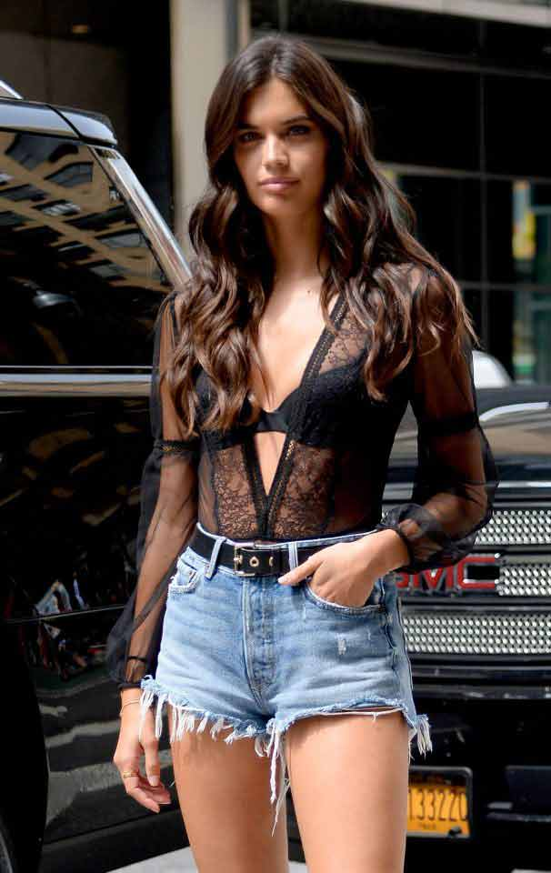 sara-sampaio-wearing-bra-and-denim-shorts-showing-hot-figure