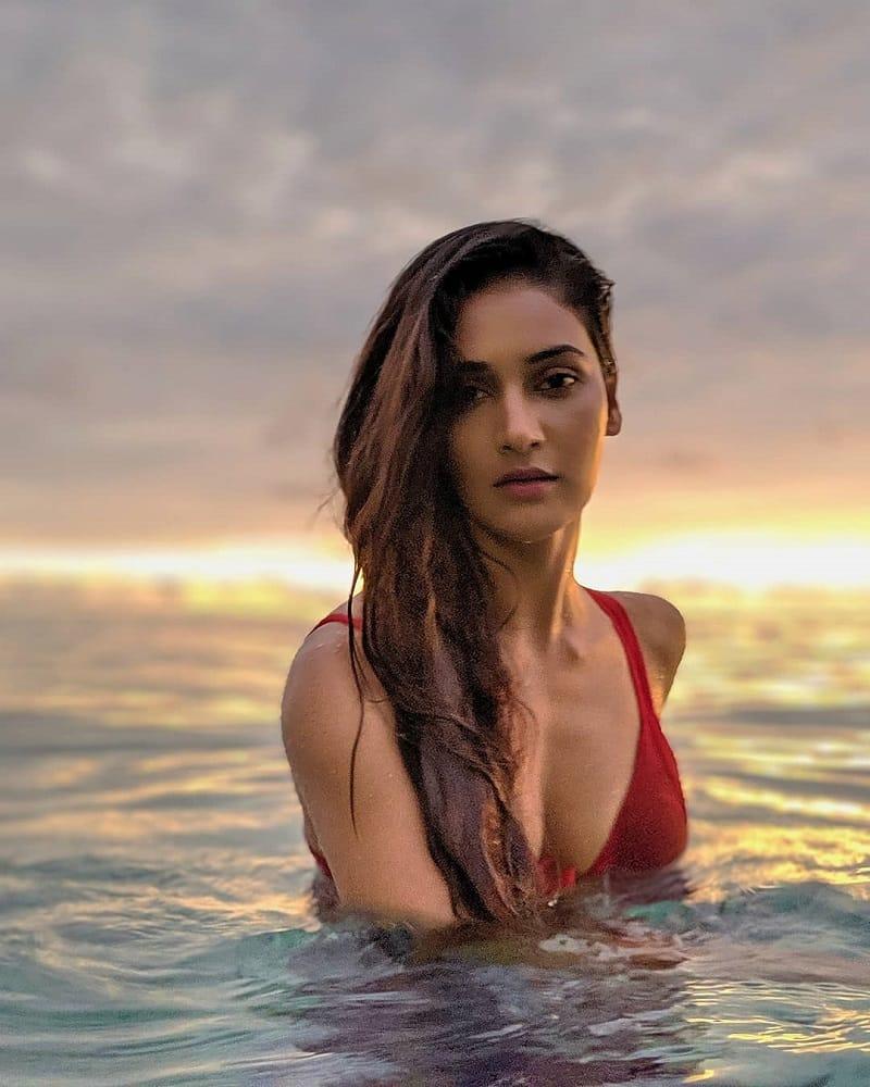 sexy-photos-of-Mukti-Mohan-bikini-showing-deep-cleavage