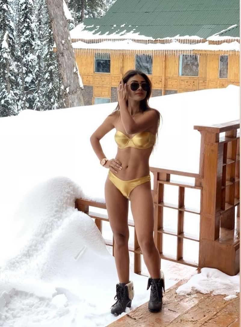 sreejita-de-bikini-photo-shoot-in-snowing-weather