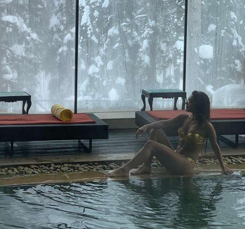 sreejita-de-bikini-photos-on-pool-side