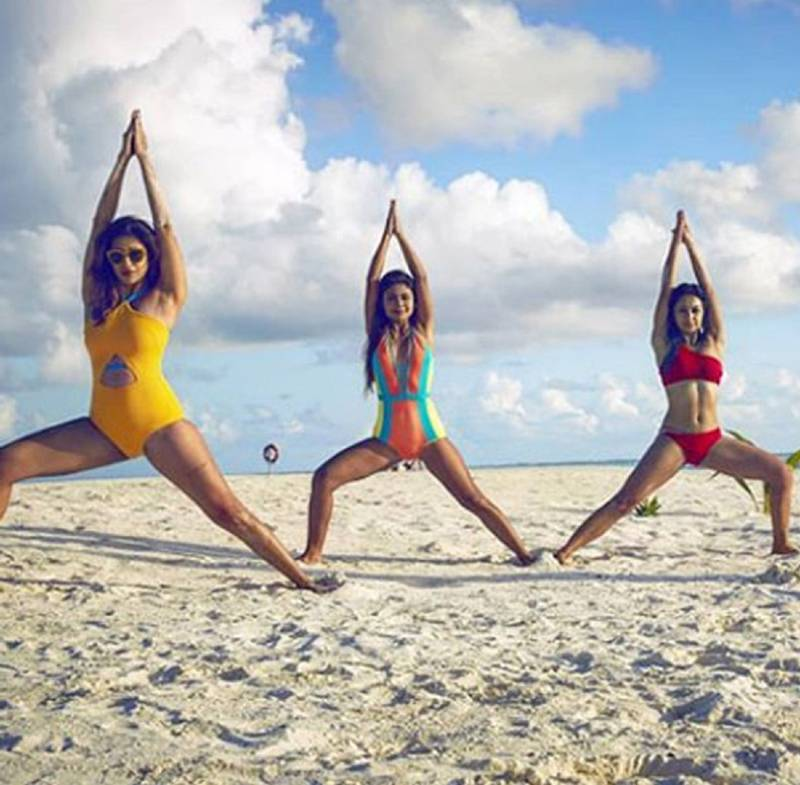 tv-actress-kishwer-merchant-in-bikini-doing-yoga-with-abigail-sreejita-de-at-beach