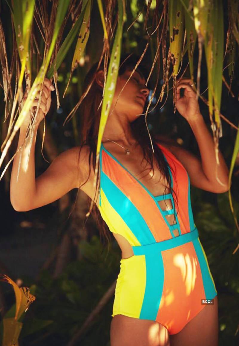 young-actress-sreejita-de-flaunting-her-figure-in-bikini