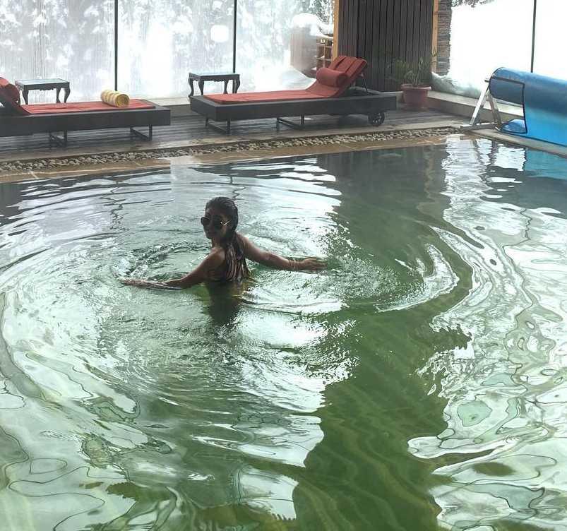 young-tv-actress-sreejita-de-in-bikini-swimming