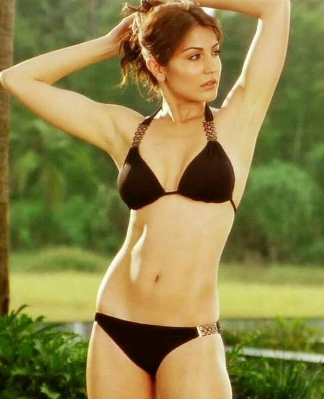 Anushka-sharma-in-bikini-showing-her-hot-toned-body