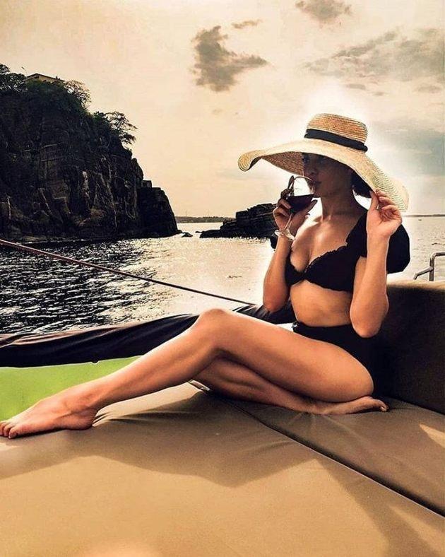 Jacqueline-Fernandez-in-Bikini-Photos-flaunts-her-hot-legs