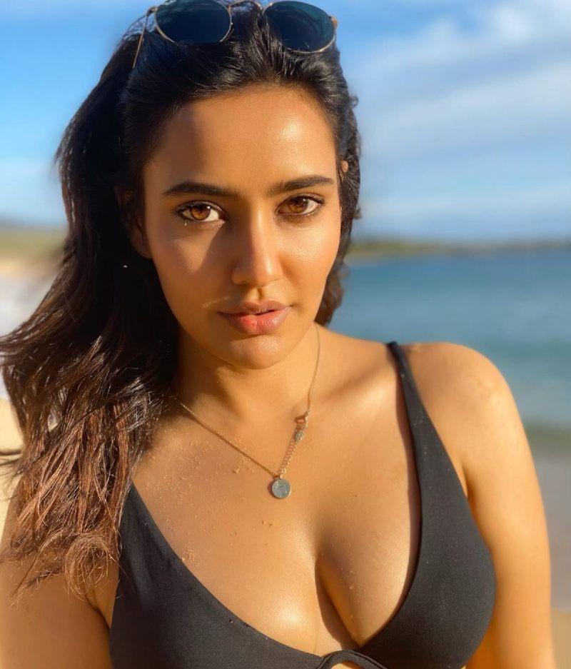 Neha-Sharma-boobs-show-in-bikini-bra