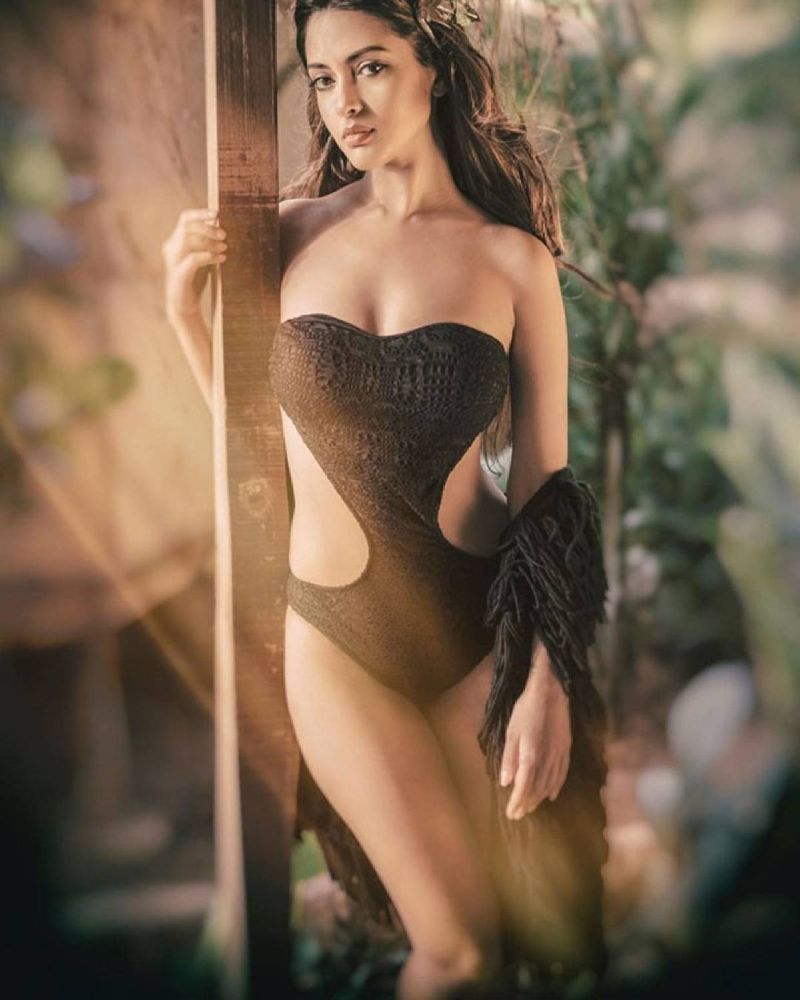 Riya-Sen-sizzles-in-bikini-swimsuit