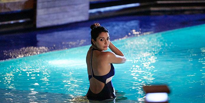 anushka-sharma-bikini-pics-in-pool
