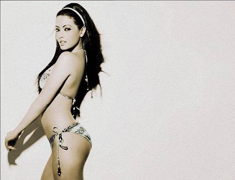 beautiful-riya-sen-bikini-photos-revealing-her-toned-body