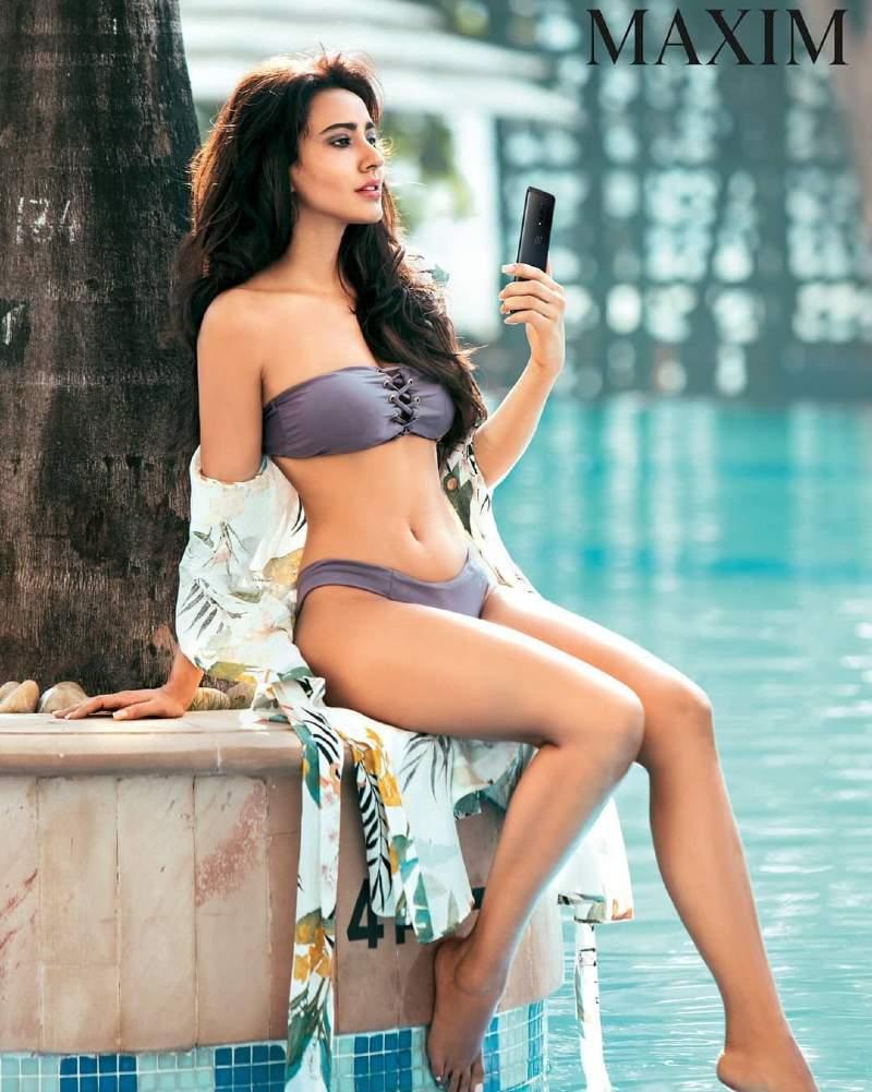 bollywood-actress-neha-sharma-bikini-pictures-near-swimming-pool