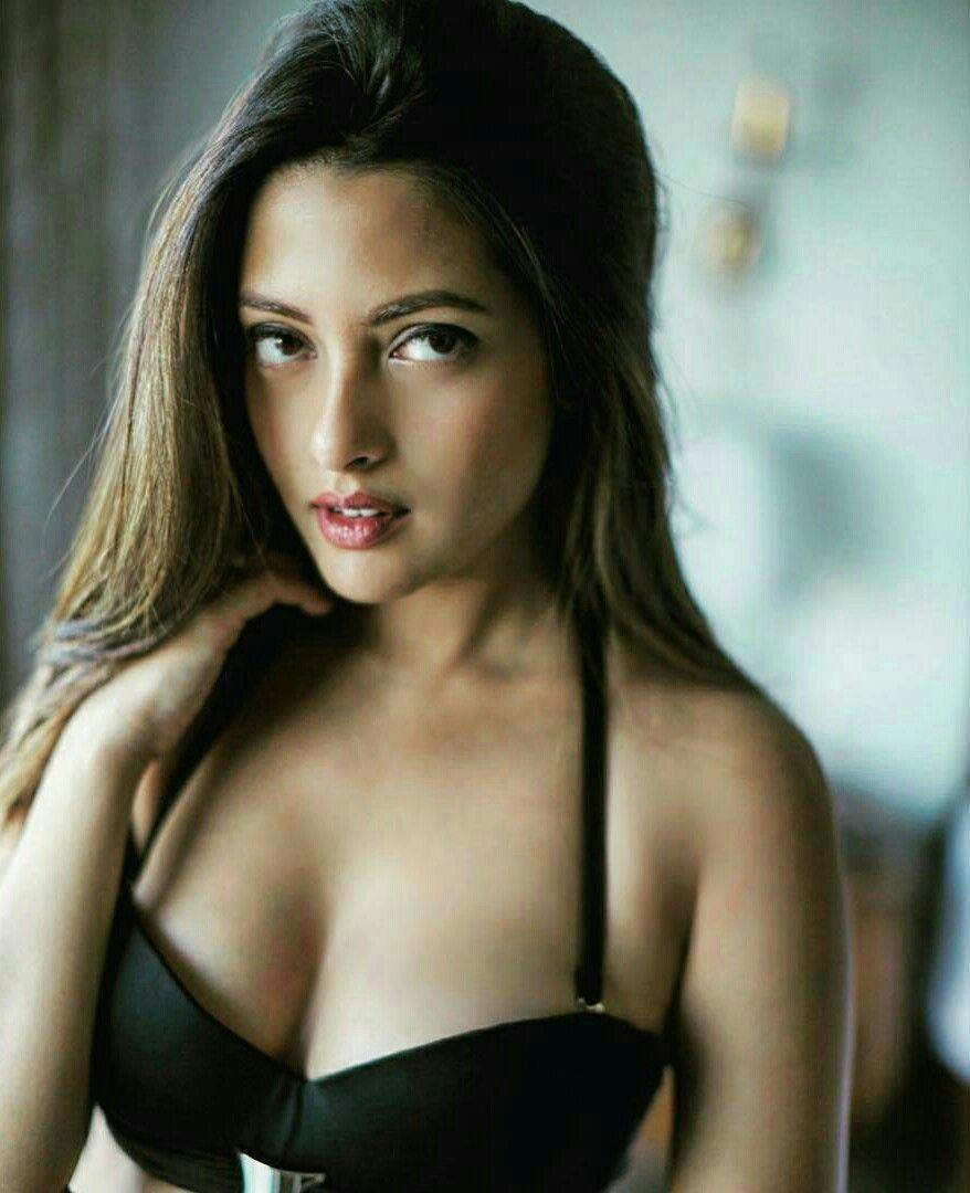 bollywood-actress-riya-sen-deep-cleavage-in-bikini-bra