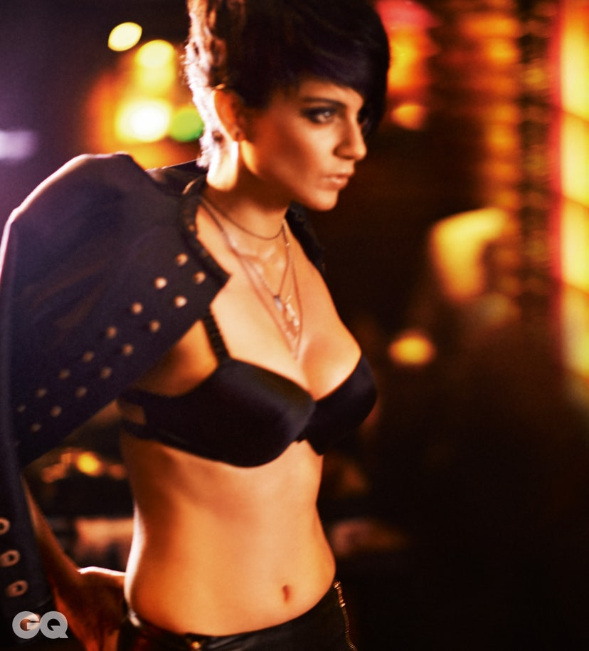 kangana-ranaut-bikini-bra-leather-jacket-image-exposing-her-big-boobs-deep-cleavage