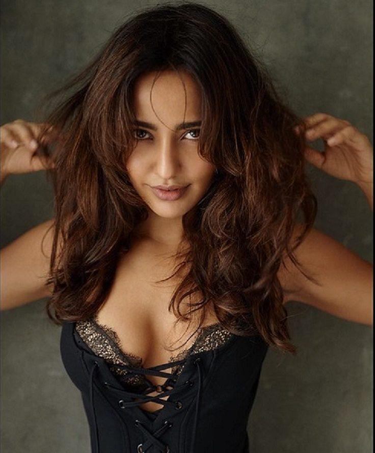neha-sharma-bikini-pics-displaying-deep-cleavage