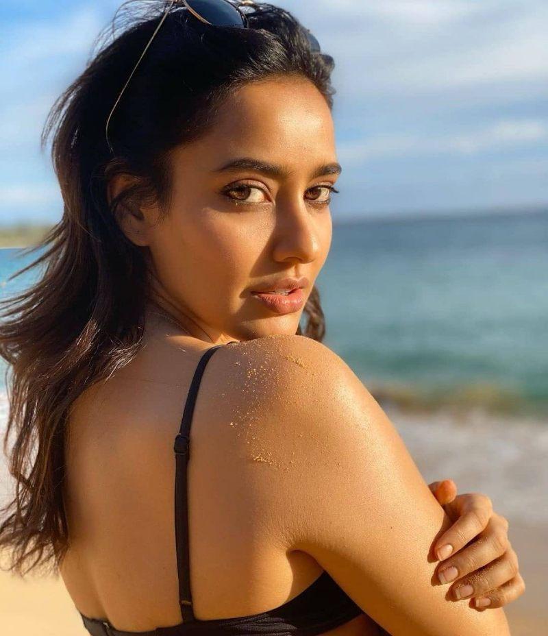 neha-sharma-having-fun-in-bikini-on-beach