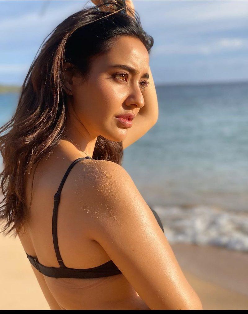 neha-sharma-in-bikini-on-beach-showing-her-sexy-back