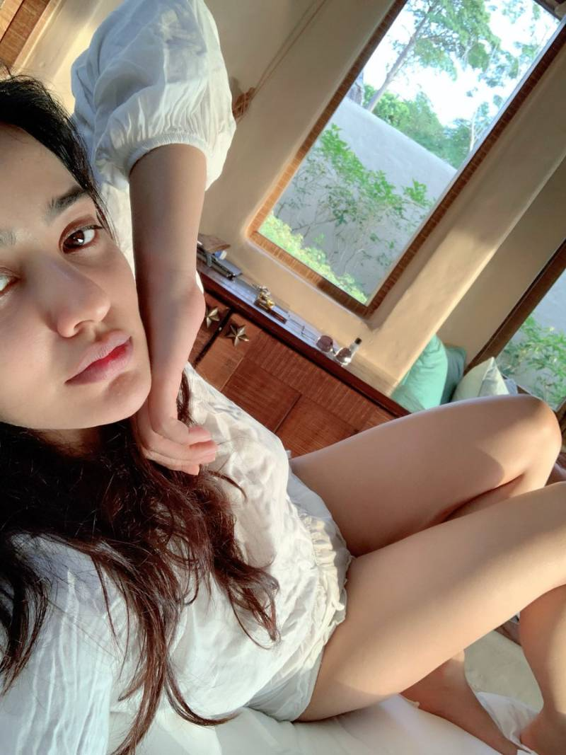 neha-sharma-in-bikini-panty-taking-selfie-on-bed