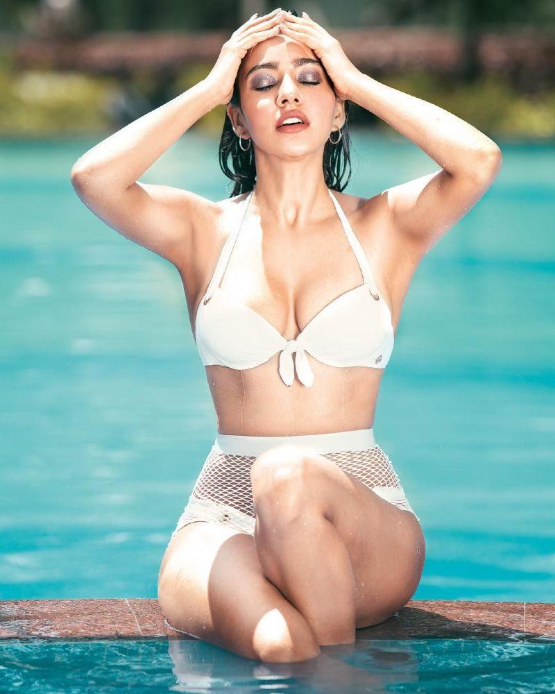 neha-sharma-showing-her-curves-in-bikini-in-pool