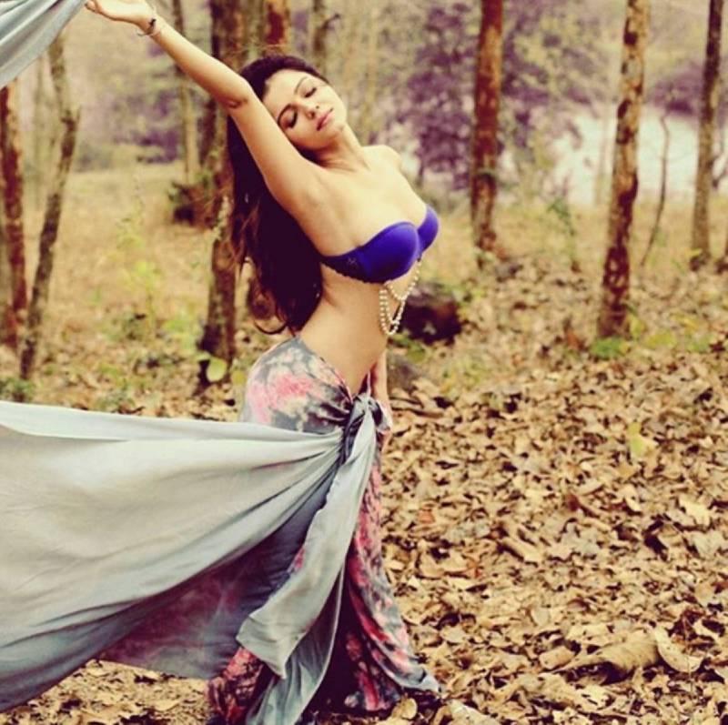 rubina-dilaik-bikini-photos-in-jungle