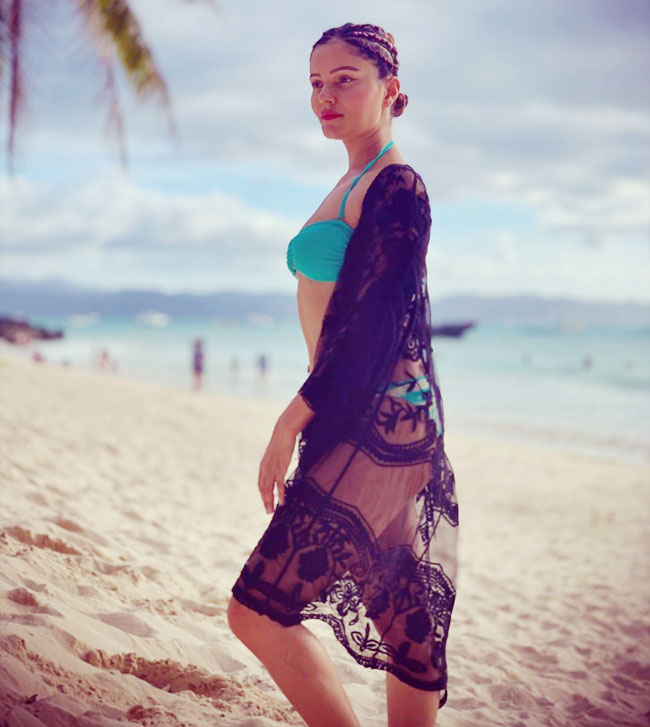 rubina-dilaik-raises-hotness-in-bikini-on-beach