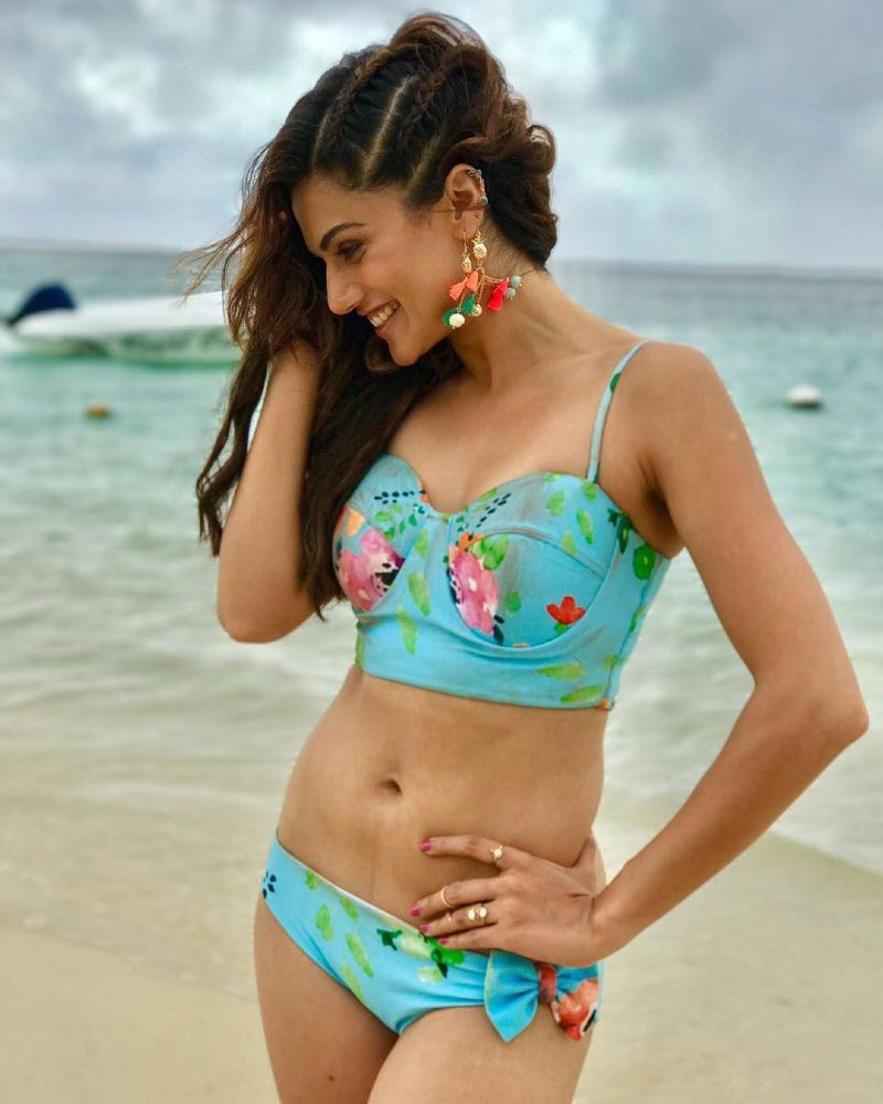 taapsee-pannu-bikini-pictures-on-beach