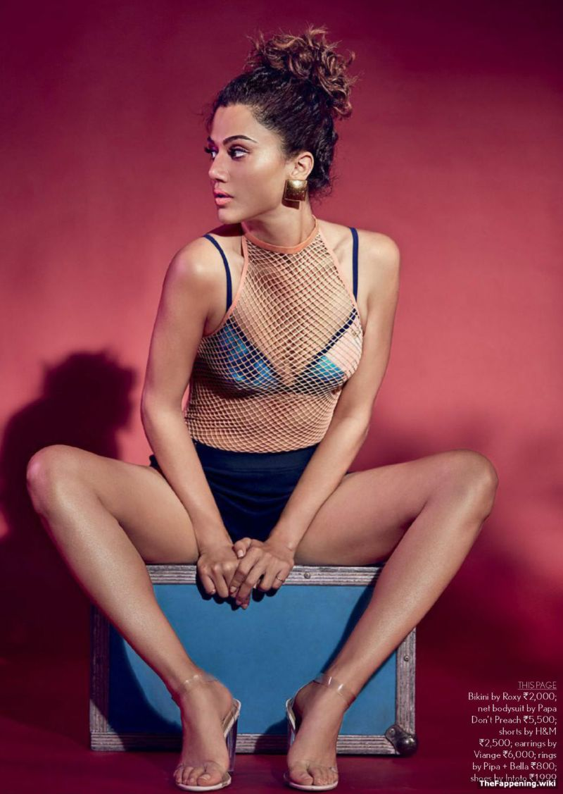 taapsee-pannu-deep-cleavage-show-in-bikini