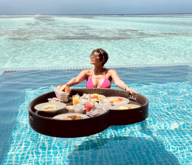 hot-mandira-bedi-in-bikini-having-fun-in-pool