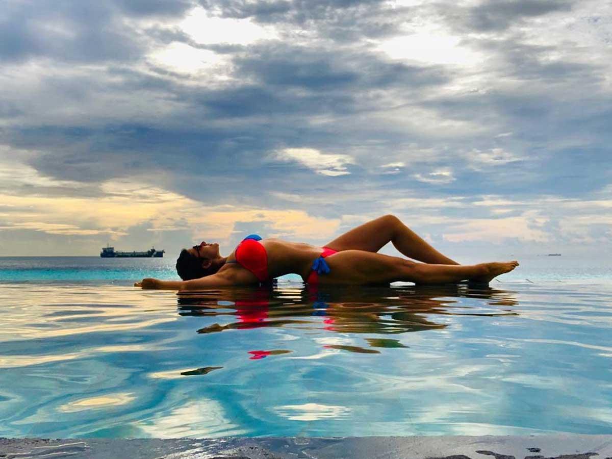 bollywood-actress-mandira-bedi-bikini-image-flaunting-her-hot-body