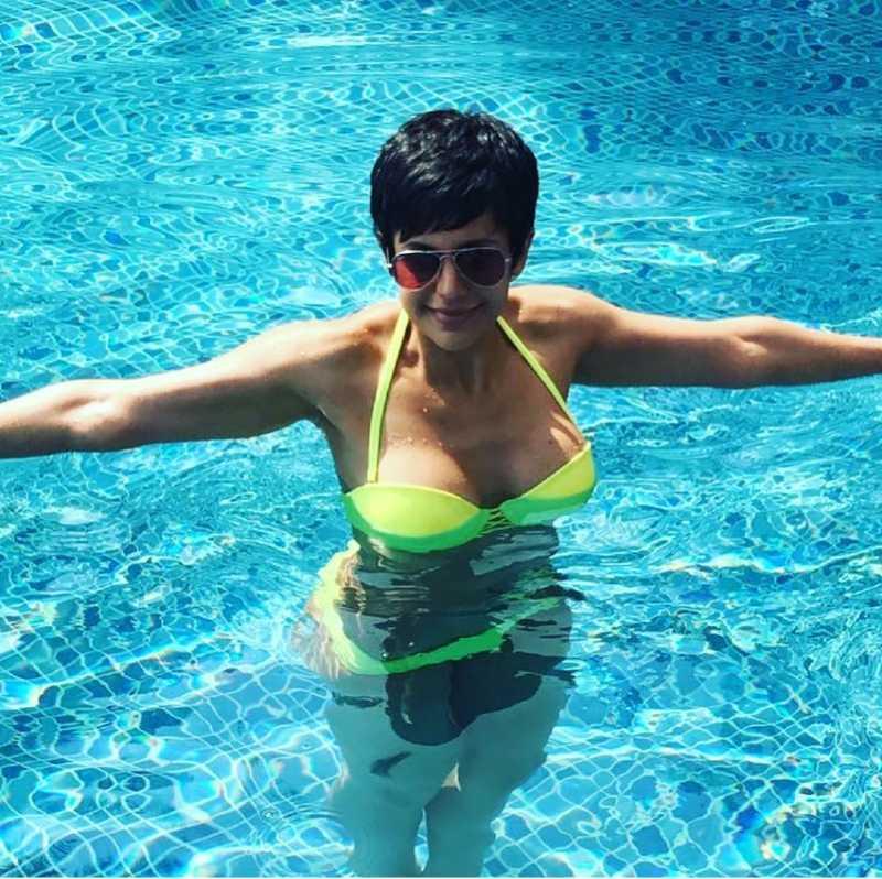 mandira-bedi-hot-body-heating-up-the-pool-water