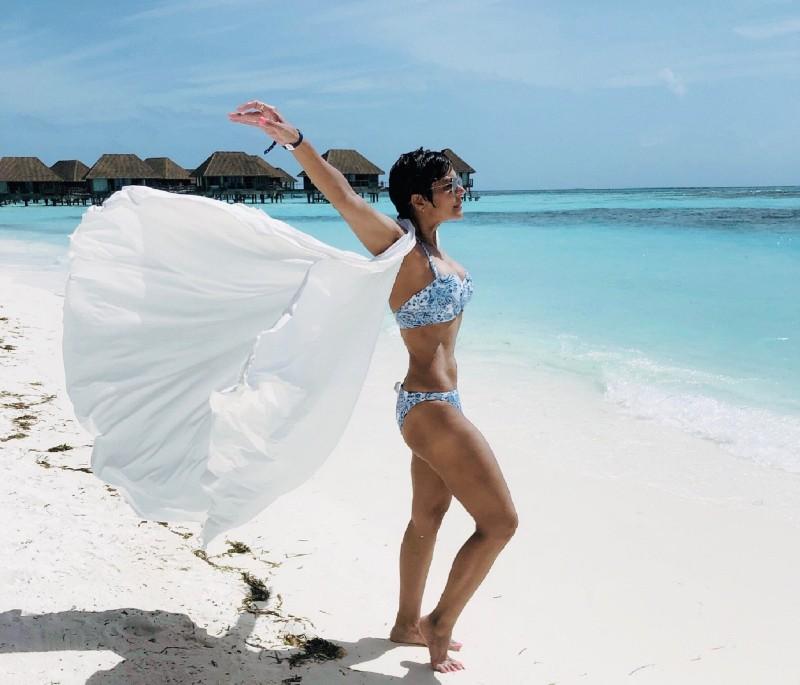 mandira-bedi-in-bikini-showing-her-hot-body