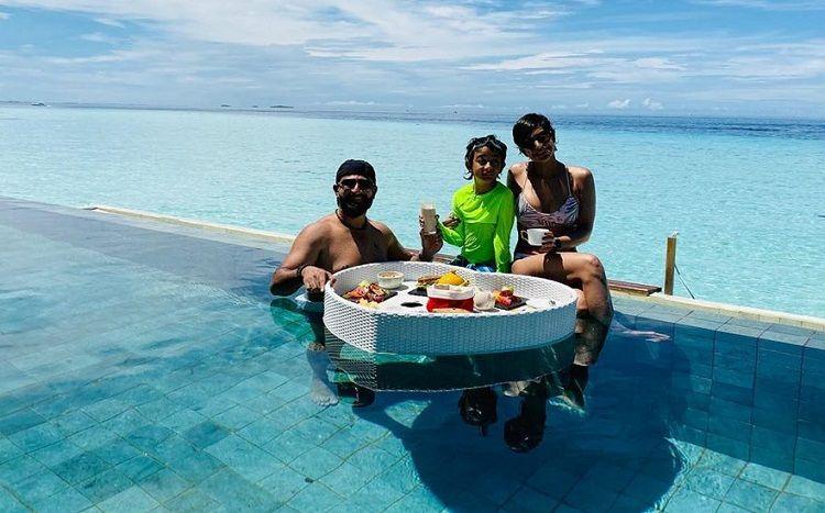mandira-bedi-wearing-bikini-having-fun-with-family