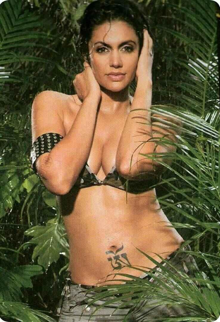 mandira-bedi-hot-boobs-in-bikini