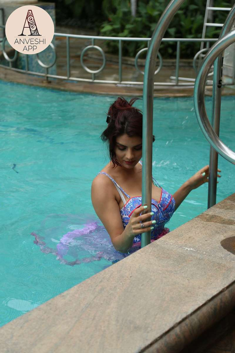 anveshi-jain-big-boobs-gandi-baat-actress-wearing-bikini-in-pool
