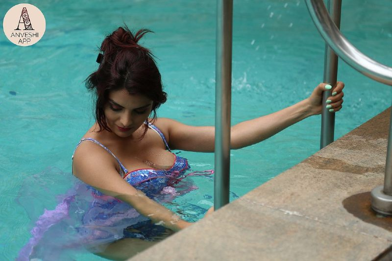 big-boobs-actress-anveshi-jain-bikini-pictures-in-swimming-pool-showing-deep-cleavage