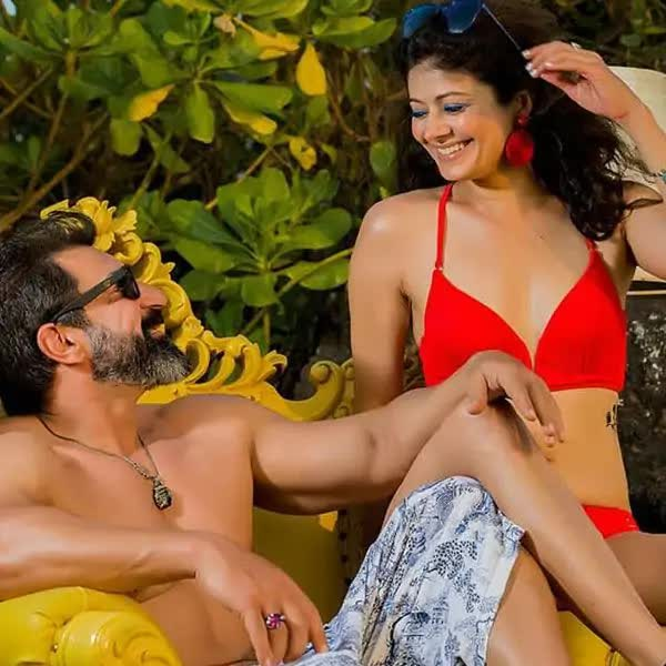 bollywood-actress-pooja-batra-wearing-bikini-having-fun-with-hubby